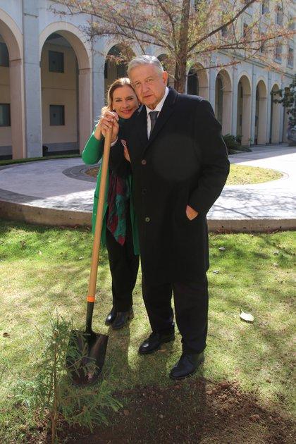 Por otro lado el mandatario dijo que plantar el árbol también simboliza el futuro (Foto: Presidencia)