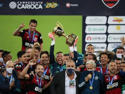 Soccer Football - Carioca Championship - Final - Flamengo v Fluminense - Maracana Stadium, Rio de Janeiro, Brazil - July 15, 2020 Flamengo's Diego Alves celebrates with the trophy after winning the Carioca Championship, following the resumption of play behind closed doors after the outbreak of the coronavirus disease (COVID-19) REUTERS/Ricardo Moraes     TPX IMAGES OF THE DAY