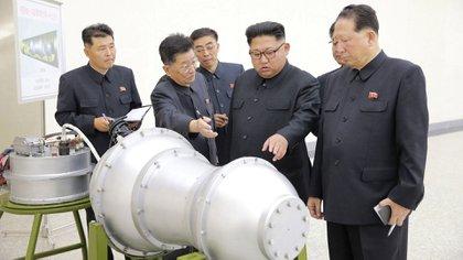 """Kim Jong-un inspecciona la bomba H que luego sería probada """"con éxito"""" (KCNA via Reuters)"""