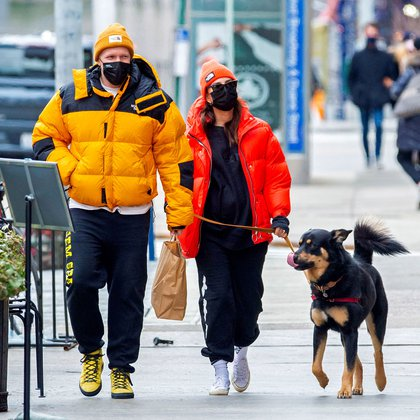 Family vacation.  Emily Ratajkowski and her husband, Sebastian Bear-McClard, traveled to New York City for a few days off.  There, they took a walk, coping with the low temperatures and walked with their dog.  The actress and model is pregnant, expecting her first child