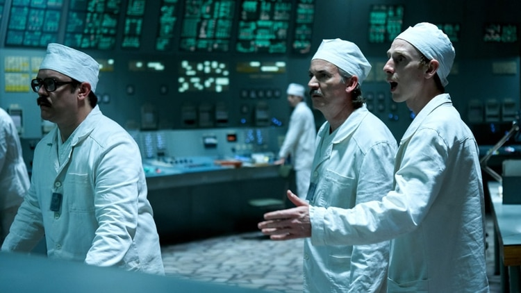 Viktor Bryukhanov, el ingeniero jefe, Nikolai Fomin, y el ingeniero jefe adjunto, Anatoly Dyatlov en la serie de HBO