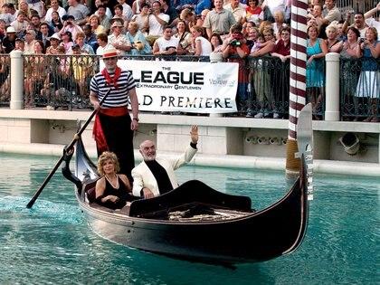 """Sean Connery y su esposa Micheline llegan en góndola al Venetian Resort Hotel & Casino en Las Vegas, Nevada, el 30 de junio de 2003 para el estreno de la película """"La Liga de los Caballeros Extraordinarios"""""""