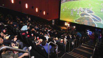 En el cine o en una app, los fanáticos en México a la NFL se adaptan a las nuevas formas de consumo (Foto: Infobae México)