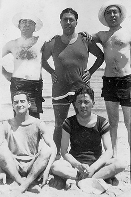 Carlos Gardel y sus amigos en Playa Malvin, entre el 5 y el 20 de enero de 1921. En el centro, Gardel, a la derecha, el violinista y compositor Remo Bernasconi y a la izquierda Ernesto Laurent. Sentado, a la izquierda, Alfredo Deferrari.
