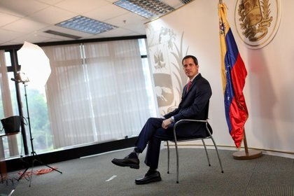 Foto del jueves del líder opositor venezolano Juan Guaidó, posando para una foto durante una entrevista con Reuters en su oficina en Caracas.  Ene 9, 2020. REUTERS/Manaure Quintero
