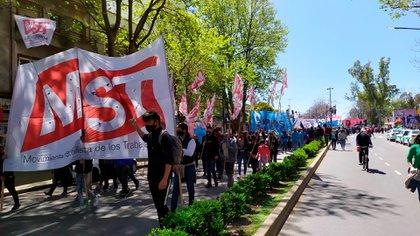 Ayer, los movimientos de izquierda que encabezan la toma de Guernica marcharon a la casa de gobierno de la provincia de Buenos Aires para exigir la cesión de parte de las tierras usurpadas y rechazar la propuesta de Axel Kicillof (@MSTargentina)