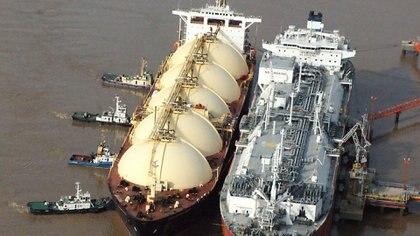 El barco regasificador ya está anclado en Escobar para abastecer el pico de demanda de gas del invierno