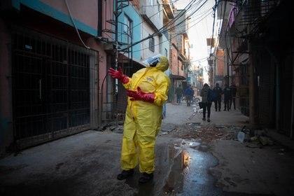 Desinfección en el Barrio 31, principal foco de contagios de la Ciudad (Foto: Franco Fafasuli)