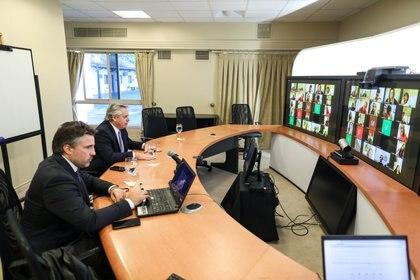 El presidente Alberto Fernández monitorea la evolución de los casos y habla en forma permanente con gobernadores e infectólogos - REUTERS