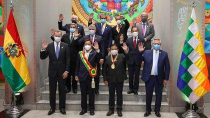 Alberto Fernández, junto al resto de los líderes políticos que participaron del acto de jura de Luis Arce como nuevo presidente de Bolivia