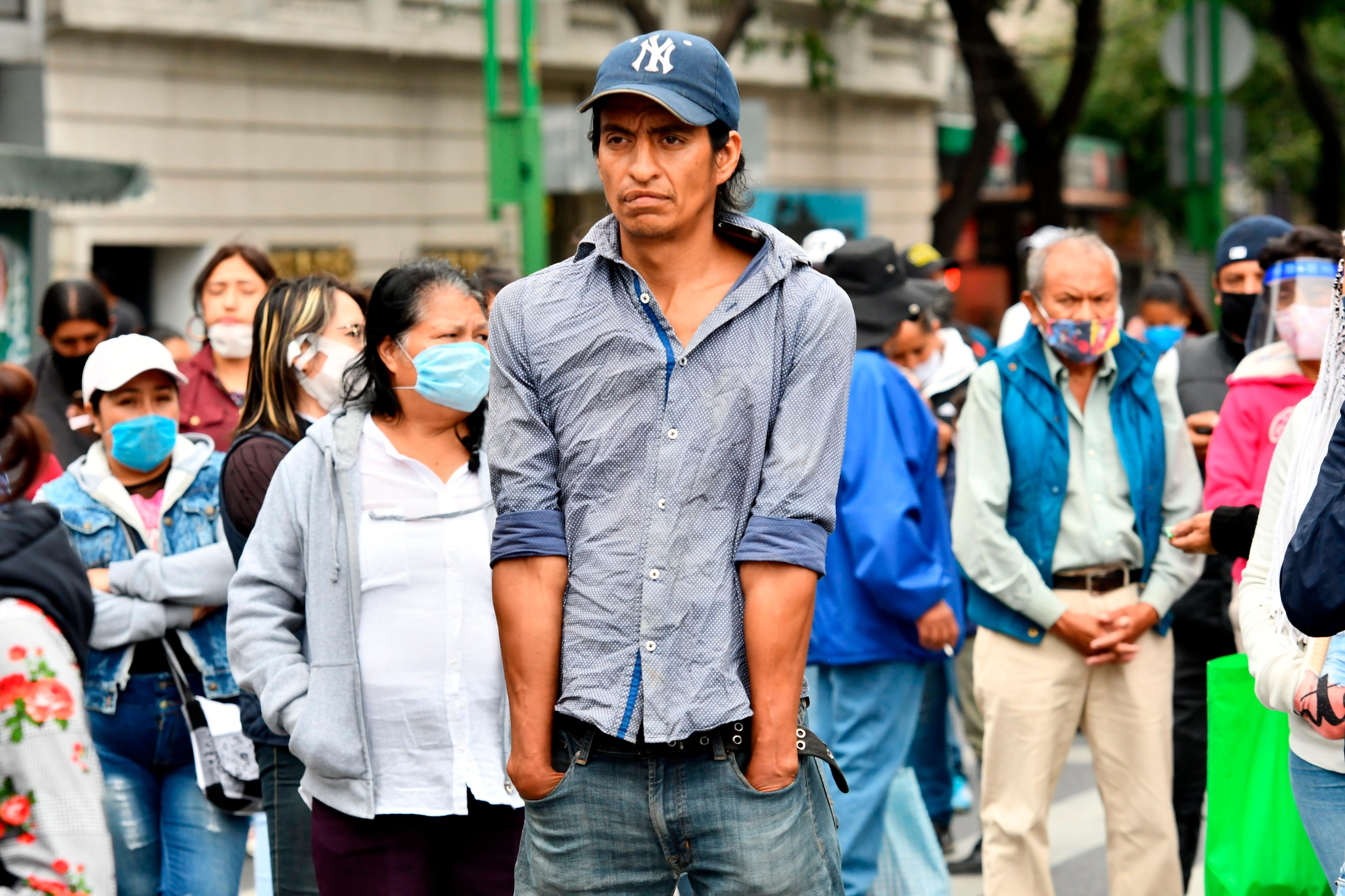 Comerciantes informales realizan su trabajo en el Centro Histórico de Ciudad de México (México). EFE/Jorge Núñez/Archivo
