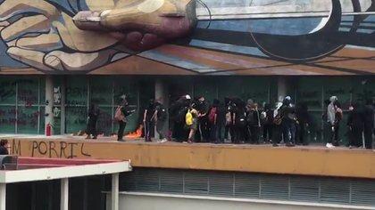 Un grupo de encapuchados realizaron diversos destrozos en la torre de rectoría de la UNAM (Foto: especial)