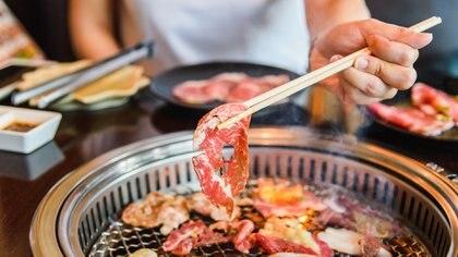 El yakiniku es carne a la parrilla, un plato originado en Corea, pero que se incorporó en Japón y se volvió muy popular (Getty)