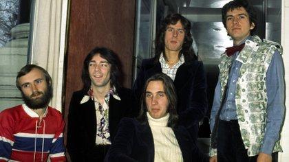 Genesis con Phil Collins, Steve Hackett, Mike Rutherford, Tony Banks y Peter Gabriel en Londres, en 1975