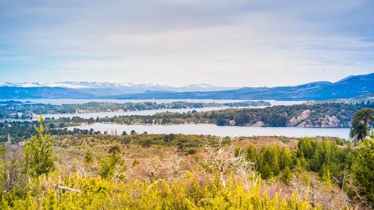 """Una pequeña ciudad de montaña ubicada al borde del río que lleva el mismo nombre. """"Aluminé"""" proviene de la lengua mapuche, quienes dominaron antiguamente la zona, y significa """"pozo reluciente"""". A través de cabalgatas, caminatas o paseos en bote se pueden descubrir los distintos paisajes que rodean el pueblo (Shutterstock)"""