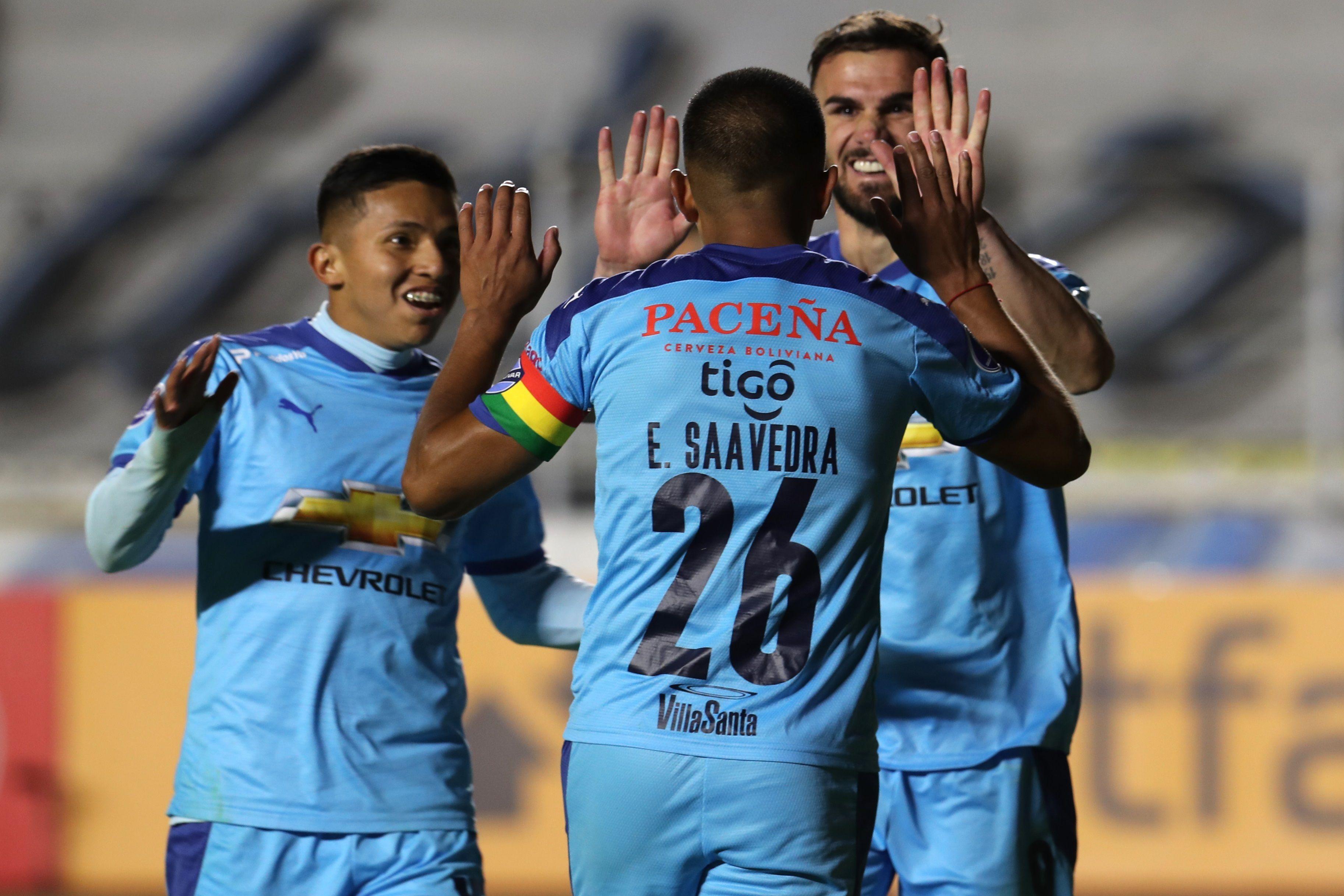 Erwin Mario Saavedra Flores (26), volante del Bolívar, celebra con sus compañeros una anotación ante el Arsenal, durante un partido por el Grupo C de la Copa Sudamericana hoy, en el estadio Hernando Siles de La Paz (Bolivia). EFE/ Martín Alipaz