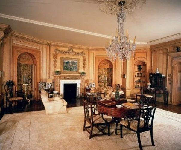 La sala de estar cunado Warner era propietario de la mansión (Architectural Digest)