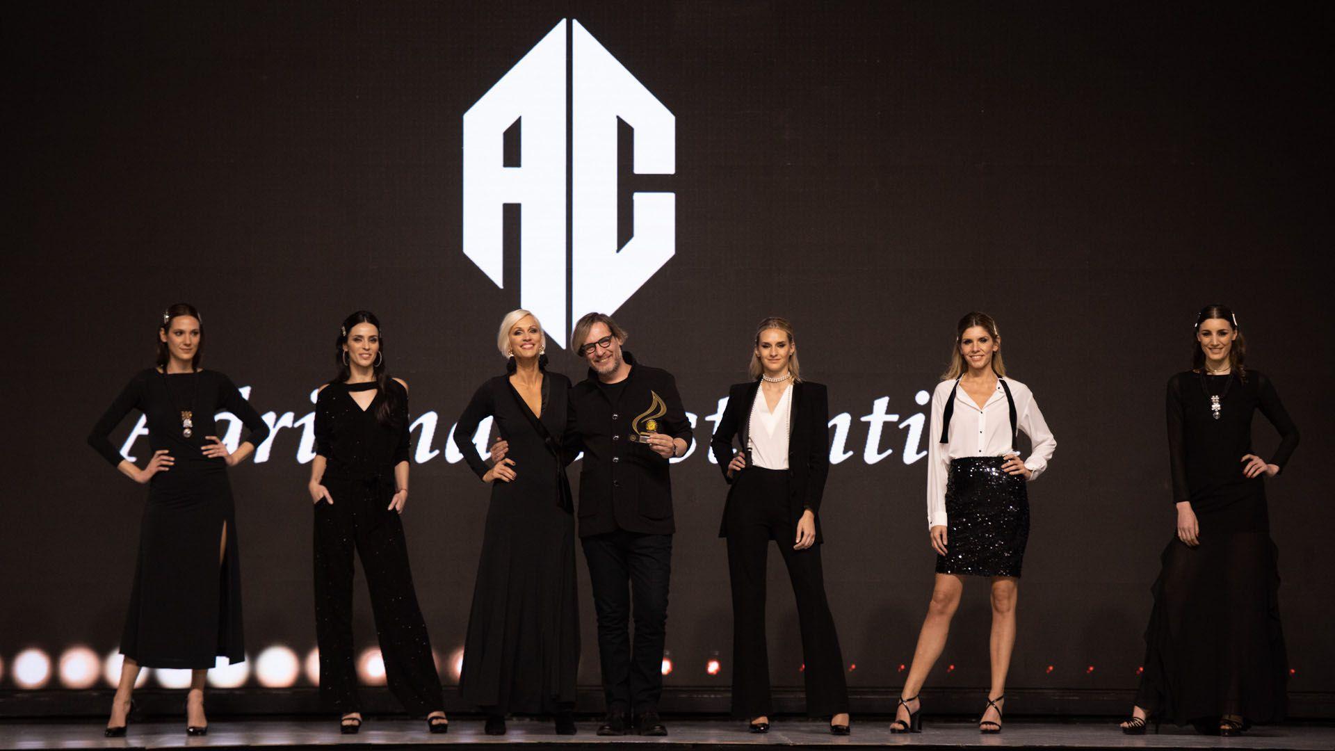 Para cerrar la pasada de Adriana Costantini a puro esmoquin femenino, la conductora y supermodelo posó junto a Elio De Angeli, el diseñador de la marca