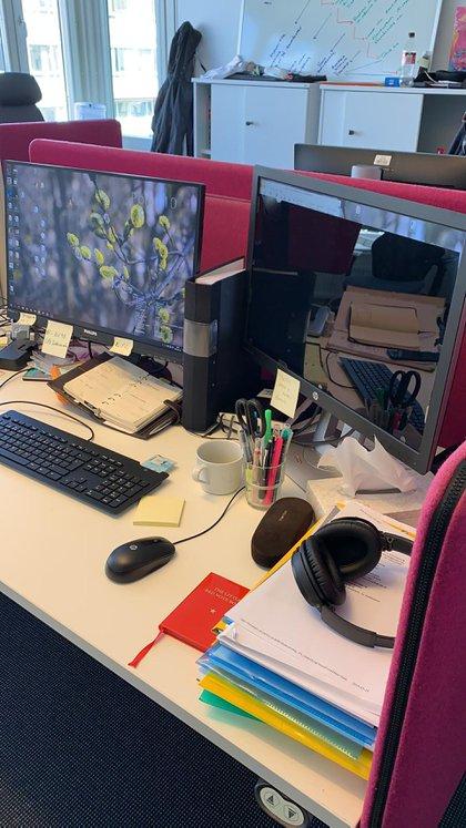 La computadora del especialista tiene dos pantallas: una común y otra quemuestra información a corta distancia, para no perturbar a las personas que trabajan en esa división de la policía