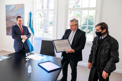 El Presidente, en Olivos, reunido con Ariel Eichbaum y el papá de Sebastián Barreiros, que perdió la vida en el atentado contra la AMIA cuando tenía 5 años.