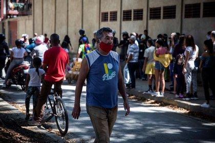 A man walks down a street in Caracas (EFE / Rayner Peña R / File)