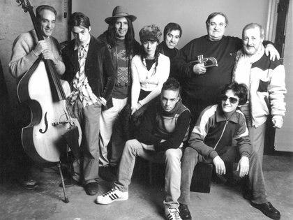 """Fernando Samalea y María Gabriela Epumer junto a algunos de los músicos que pasaron por """"Montecarlo Jazz Ensamble"""""""