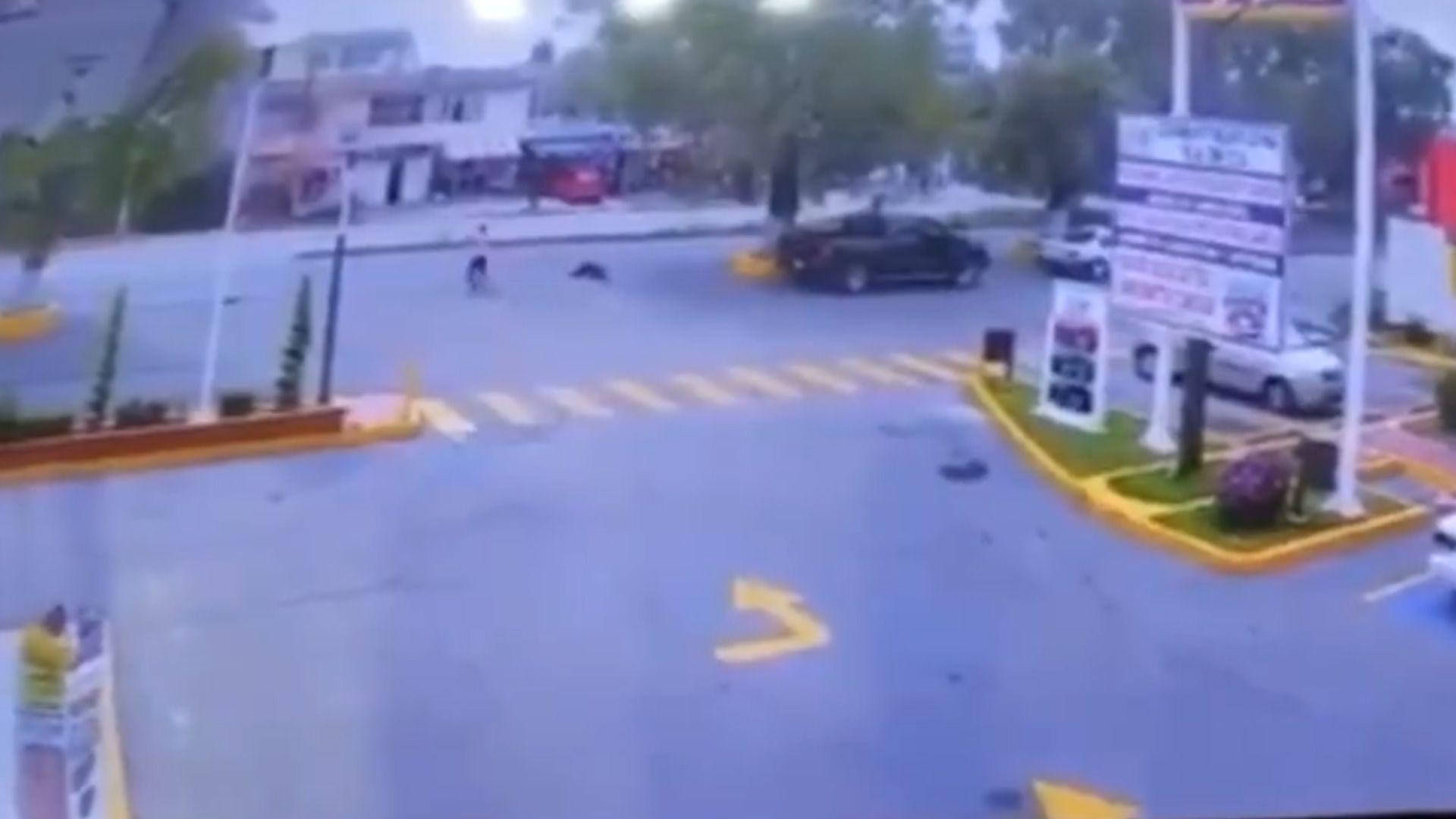 En días recientes, un par de casos en que las víctimas de le dispararon a sus asaltantes resonaron en los medios. El caso de la imagen sucedió en el Estado de México. (Foto: Captura de patalla)