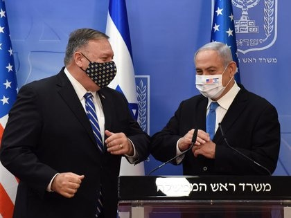 El secretario de Estado de EEUU, Mike Pompeo (izq), y el primer ministro de Israel, Benjamin Netanyahu, se saludan tras una conferencia de prensa en Jerusalén. 24 agosto 2020. Debbie Hill/Pool vía Reuters