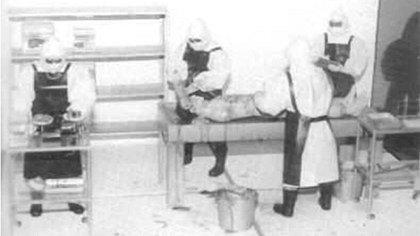 Médicos de la Unidad 731 extrayendo órganos en una necropsia.