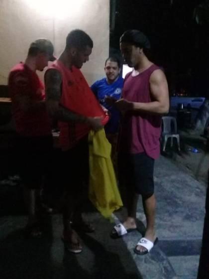 Ronaldinho le firmó los autógrafos a otros reclusos