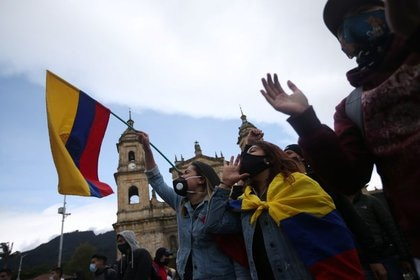 Estudiantes y trabajadores participan en una jornada de protesta contra la política económica y social del gobierno colombiano y contra la violencia policial en la Plaza de Bolívar en Bogotá, Colombia, 21 de septiembre de 2020. REUTERS / Luisa González