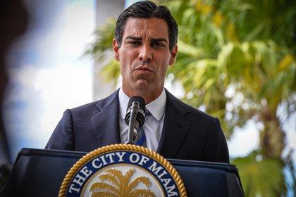 El alcalde de Miami, Francis Suárez, habla durante una rueda de prensa ofrecida en la sede de la Alcaldía en Miami, Florida. EFE/Giorgio Viera/Archivo