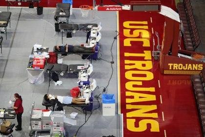 Personas donan sangre en medio de la pandemia, en una cancha de básquet de Los Angeles - REUTERS/Lucy Nicholson