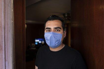 Alex González posa en la puerta de su departamento en Tijuana, Baja California.