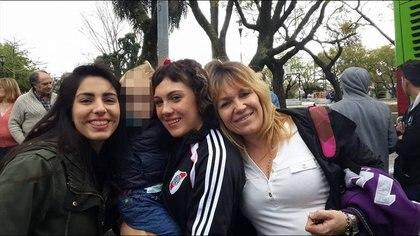 Zaira Rodríguez (medio), junto a su familia