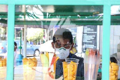 Personas comienzan a tomar precauciones para evitar el posible contagio, con el uso de cubrebocas (Foto: Rogelio Morales/ Cuartoscuro)