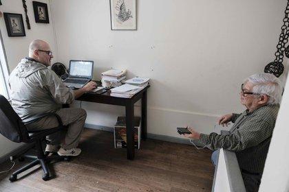 El activista Marco Castillo (d), de 76 años, fue registrado al conversar con su pareja, Rodrigo (i), en su oficina de trabajo, en San José (Costa Rica). EFE/Jeffrey Arguedas