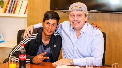 Alberto Fernández se puso la gorra: la de Brian Gallo, el pibe de 27 años que fue discriminado en las redes sociales por su vestimenta.