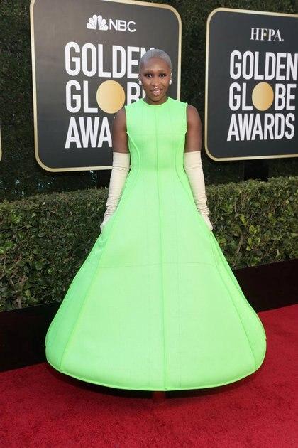 Cynthia Erivo sorprendió con la elección de su llamativo color diseñado por Valentino. Vestido de línea A en verde fluorescente, completó el look con guantes blanco y aros de clip