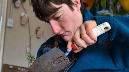 """""""Matías ama las plantas y hoy estar en el vivero atendiendo a sus clientes le da mucha paz"""", cuenta su madre. (@vivero.matias)"""