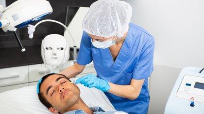 Desde SACPER enfatizan sobre la importancia de consultar a profesionales especializados en este tipo de tratamientos, que deben ser realizados por cirujanos estéticos y/o dermatólogos matriculados (Shutterstock)