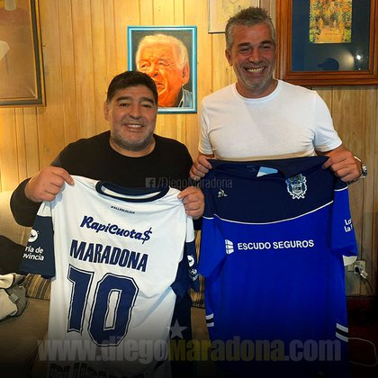 Diego Armando Maradona posa junto a Gabriel Pellegrino, presidente de Gimnasia y Esgrima La Plata