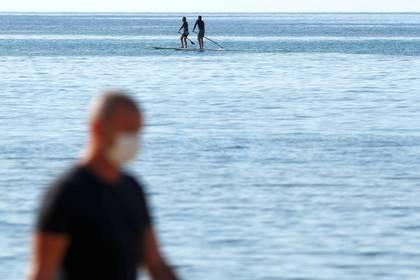 Con 219.128 personas más, el grueso de los nuevos parados en abril se concentra en el sector servicios, que incluye el turismo, un 12% del PIB español. En la foto, la playa de Arrecife en Lanzarote (REUTERS/Borja Suarez)