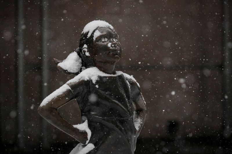 """FOTO DE ARCHIVO. La escultura de la """"Niña sin miedo"""", fuera de la Bolsa de Nueva York (NYSE) durante una tormenta de nieve en el barrio de Manhattan de la ciudad de Nueva York. Estados Unidos. 1 de febrero de 2021.  REUTERS/Brendan McDermid"""