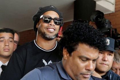 Ronaldinho sigue detenido con prisión preventiva en Paraguay (Reuters)