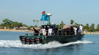 Un barco de ataque rápido de los Tigres Tamiles frente al pueblo de Mullaitivu en mayo de 2004 (Ulf Larsen)