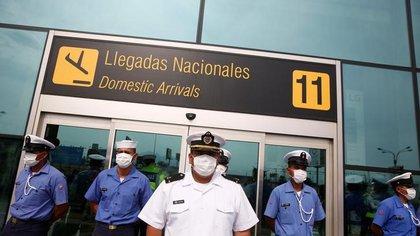 Marinos de la Armada de Perú hacen guardia fuera del Aeropuerto Internacional Jorge Chávez después de que el Gobierno decretó el cierre de las fronteras en respuesta a la propagación del coronavirus, en Lima, Marzo 17, 2020. REUTERS/Sebastián Castañeda. NO REVENTAS. NO ARCHIVO