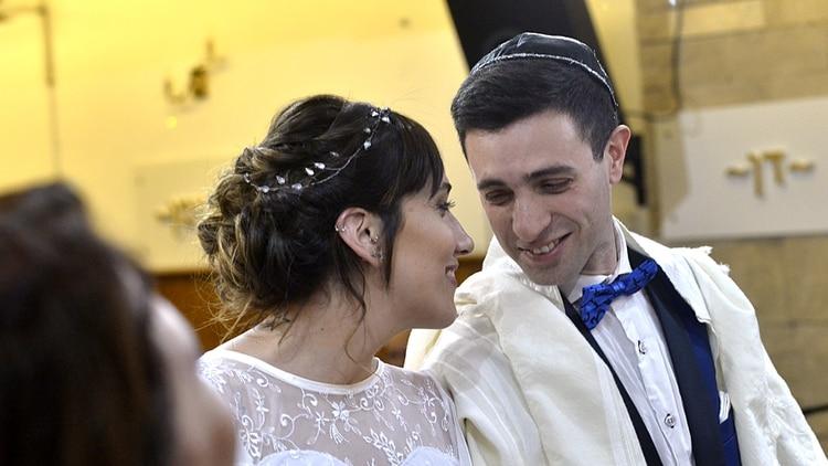 Miradas cómplices entre los jóvenes de 31 años que se casaron en el marco de la Noche de los Templos, cuarta edición
