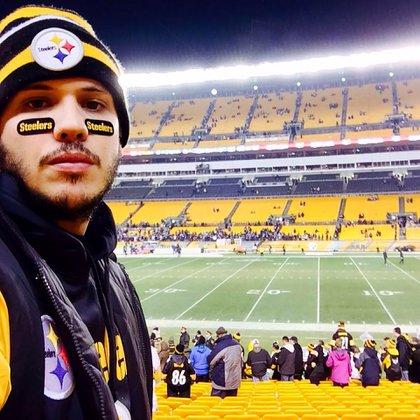Alex Acosta Aldaya en el estadio de los Pittsburgh Steelers (Facebook: Cubano Por El Mundo)