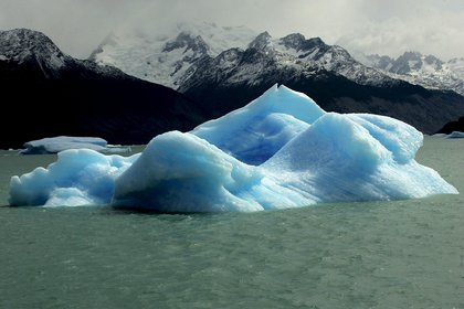 Un enorme bloque de hielo desprendido del glaciar Upsala, flotando en el Lago Argentina de la Patagonia, al sur de Argentina. EFE/Orestis Panagiotou/Archivo